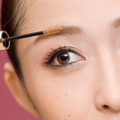 女の濃い眉毛だけを抜く整え方