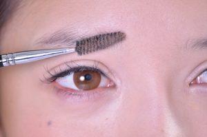 女の濃い眉毛に使うコーム