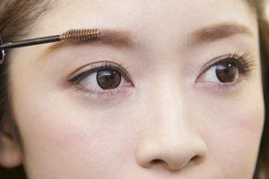 女の濃い眉毛を整えるのに便利な眉マスカラ