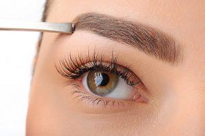 女の濃い眉毛の場所だけ抜く整え方